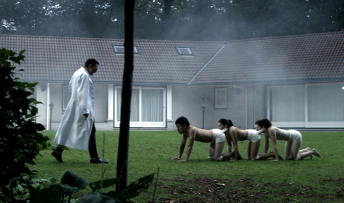 The Human Centipede, First Sequence (2009): la recensione del primo film della saga di Tom Six