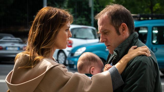 Gli Infedeli: la recensione del film Netflix con Riccardo Scamarcio e Valerio Mastandrea